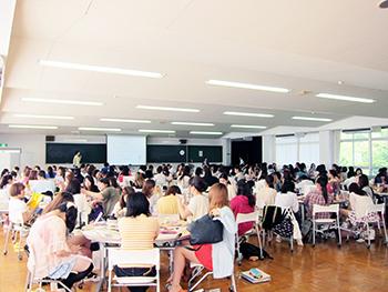 鶴川女子短期大学メイクセミナー研修1